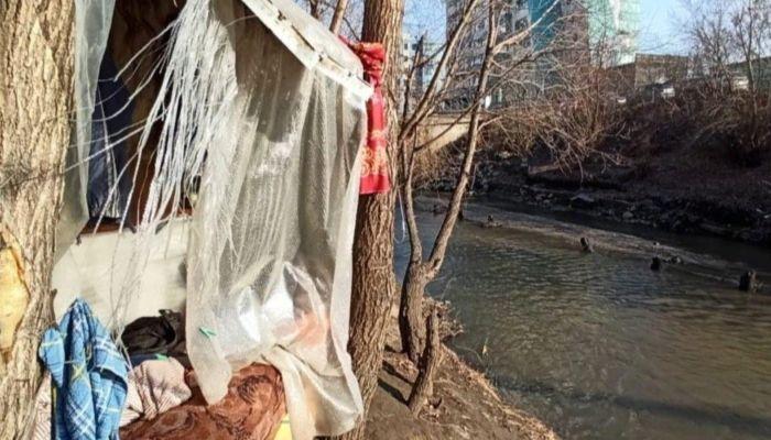 Барнаульцы просят помочь мужчине, который живет в шалаше на берегу реки