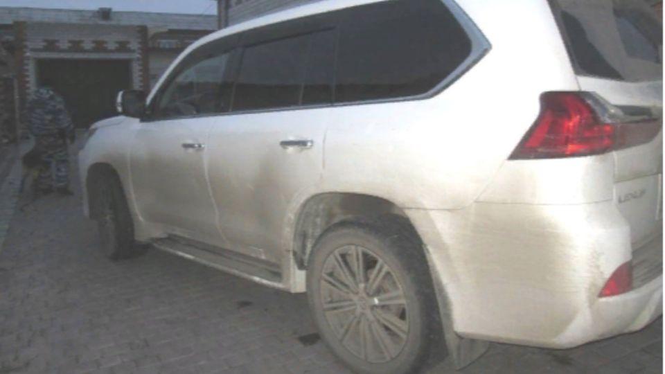Житель Заринска вытащил из Lexus борсетку с крупной суммой денег