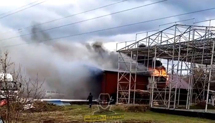 В поселке под Барнаулом загорелся гараж с машиной