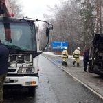На Чуйском тракте после столкновения с грузовиком перевернулся автобус