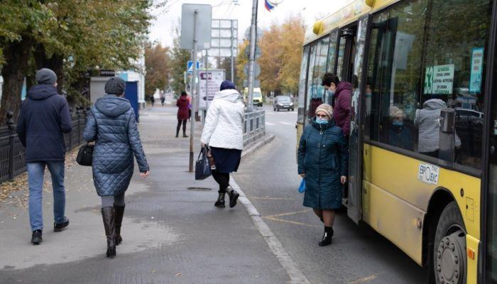 Житель Барнаула угнал маршрутку и врезался на ней в грузовик