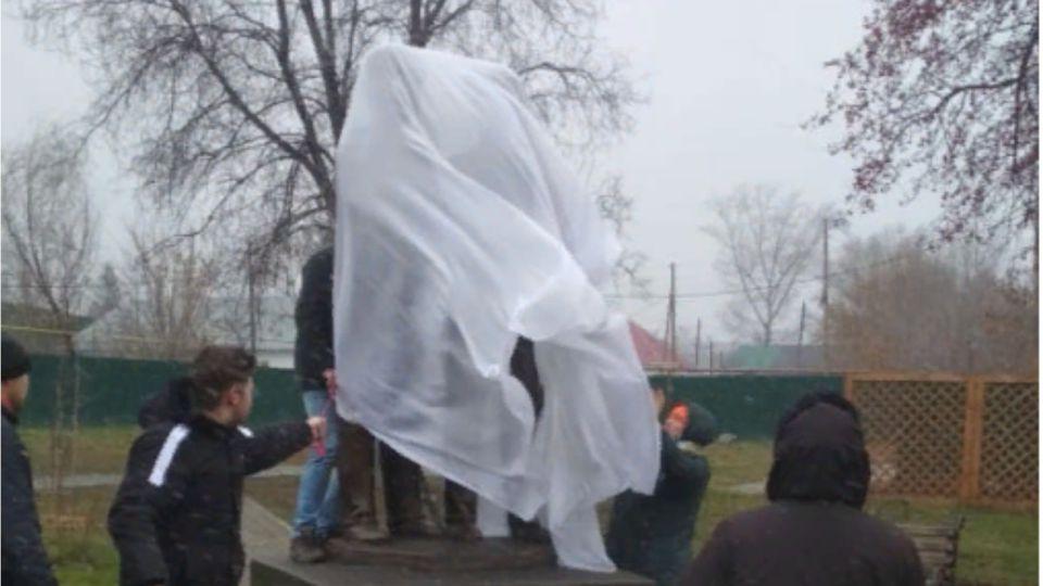 Памятник мастеру ПТУ торжественно открыли в Барнауле