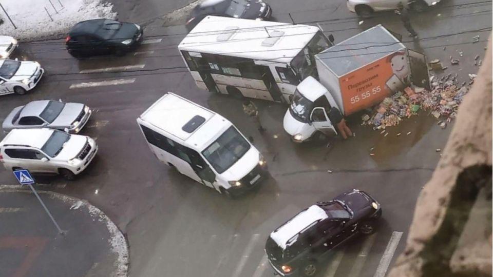 Конфеты высыпались из грузовика после ДТП в Барнауле