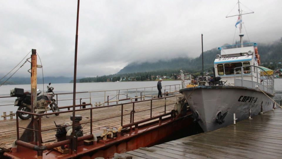 На Телецком озере перевозили людей на опасном пароме