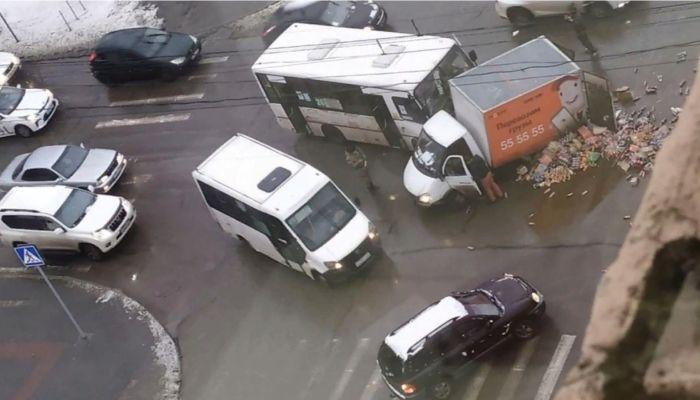 В ГИБДД Барнаула рассказали подробности ДТП фургона с конфетами