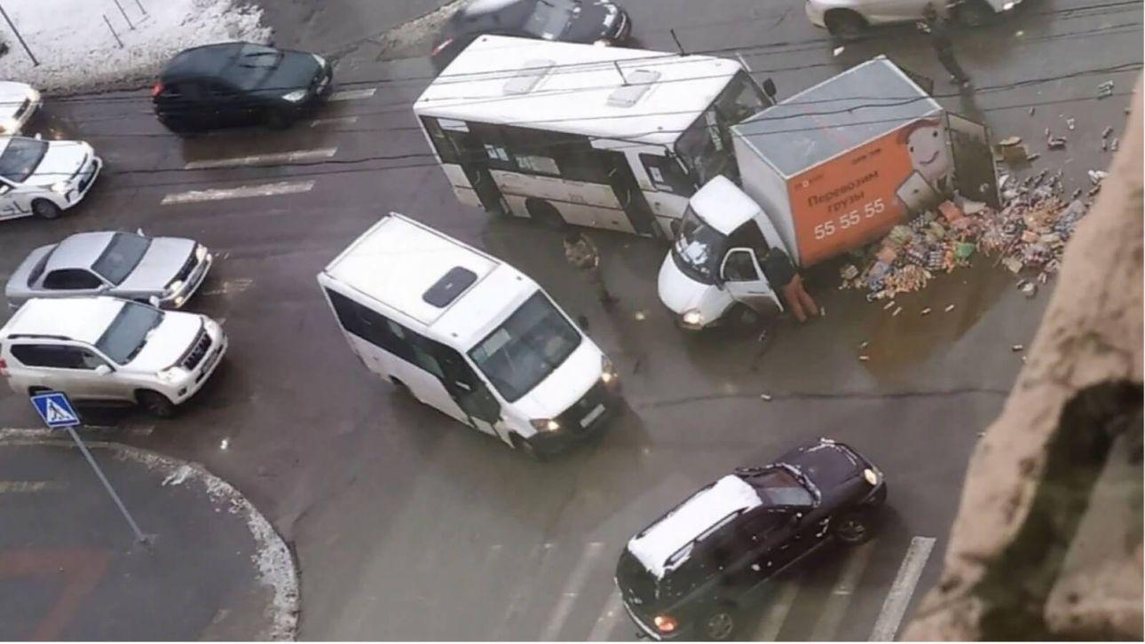 В Барнауле возбудили дело после ДТП, в котором пострадали пассажиры маршрутки