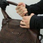 Алтайский вор-рецидивист ограбил женщину, угрожая пистолетом из пальцев