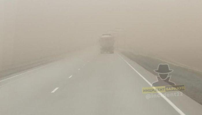 На трассе в Алтайском крае автомобили накрыло пыльной бурей