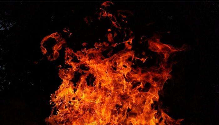 Строящийся дом загорелся недалеко от ТЦ METRO в Барнауле. Обновлено