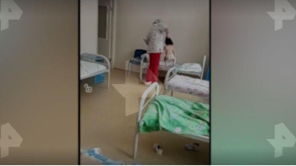 В Новосибирске медсестра схватила ребенка за волосы и швырнула на кровать