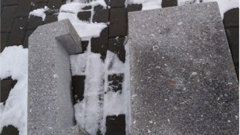 В Змеиногорске вандалы разгромили новую набережную