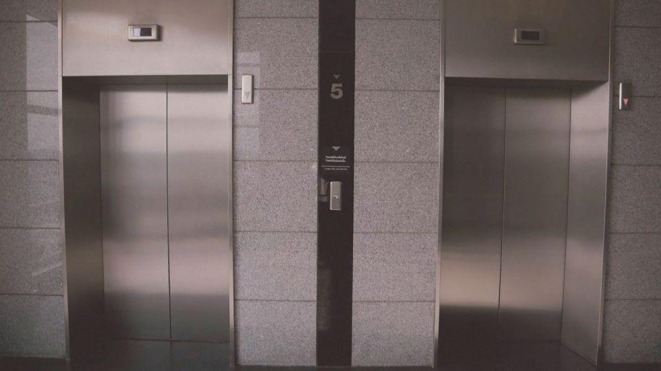 Не первый случай: мужчину избили в лифте одной из барнаульских новостроек
