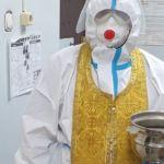 Батюшка в СИЗе освятил госпиталь на Алтае после настойчивых просьб пациентов