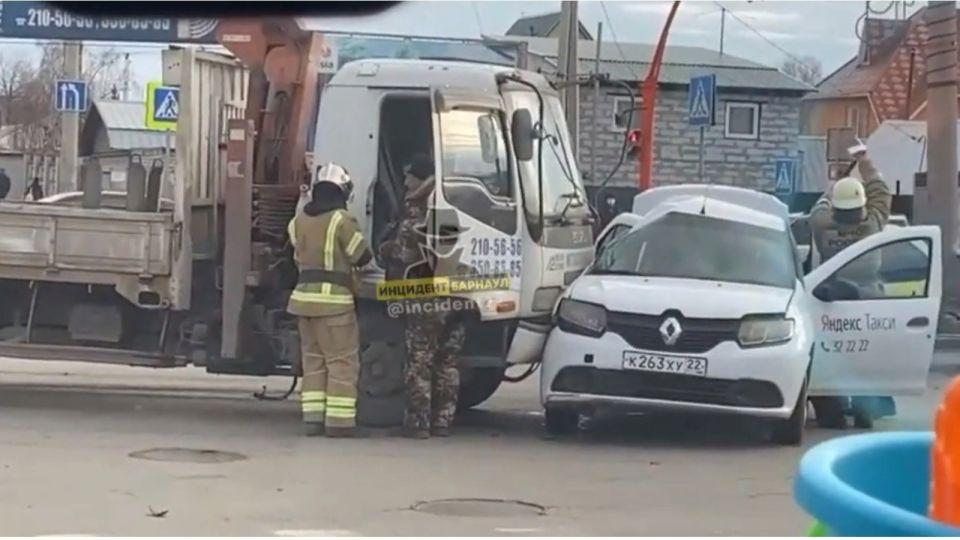 Пострадала пассажирка: такси столкнулось с манипулятором в Барнауле
