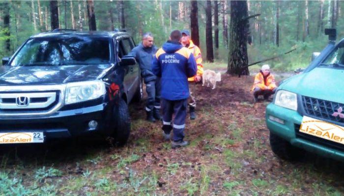 Пропавшего на Алтае парня ищут полицейские, поисковики и даже гадалка