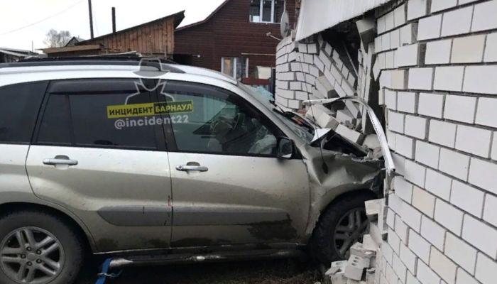 В Новоалтайске иномарка с разгона разнесла кирпичный гараж