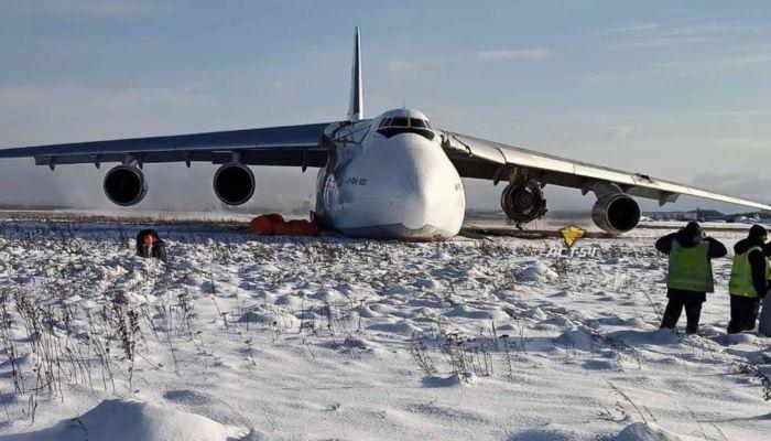 Появились кадры с места аварийной посадки АН-124 в Новосибирске