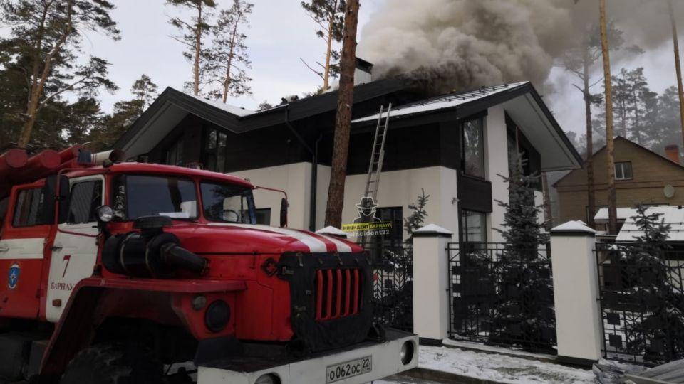 Элитный особняк загорелся в Центральном районе Барнаула