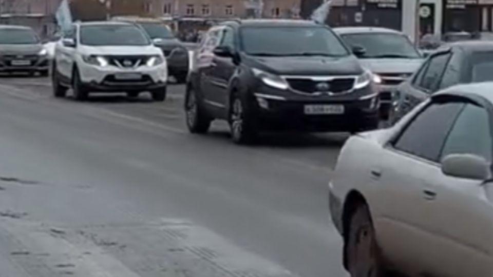 В Барнауле прошел автопробег против дистанта в школах