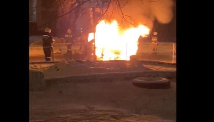 Автомобиль дотла сгорел в Ленинском районе Барнаула