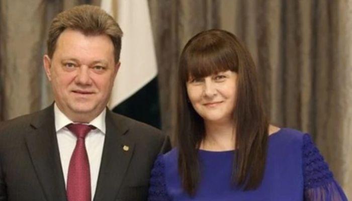 Жена арестованного мэра Томска скинула из окна подушку с миллиардными счетами