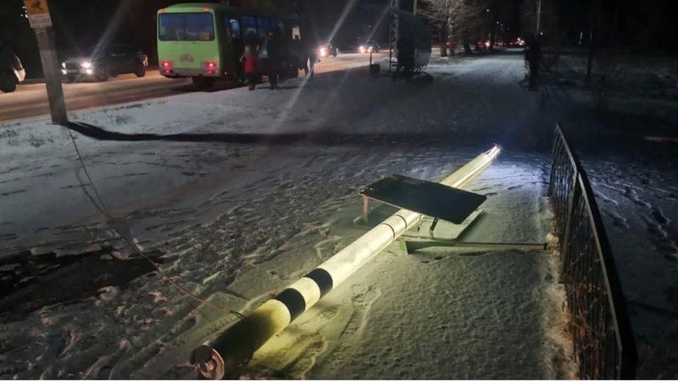 """Светящийся """"умный"""" столб снесли в Бийске у пешеходного перехода"""