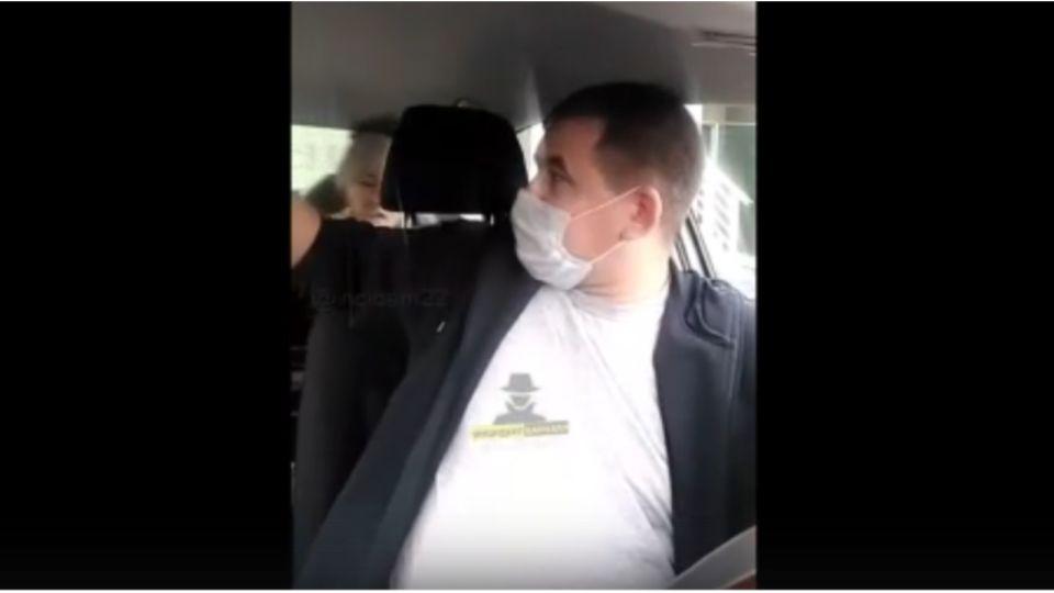 В Барнауле таксист получил по лицу за отказ везти пассажирку без маски