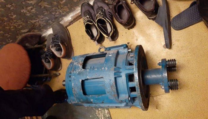 Двое мужчин украли из барнаульской девятиэтажки мотор от лифта