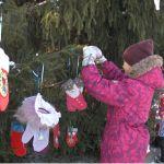 Ель в алтайской резиденции Деда Мороза украсили сотни рукавичек