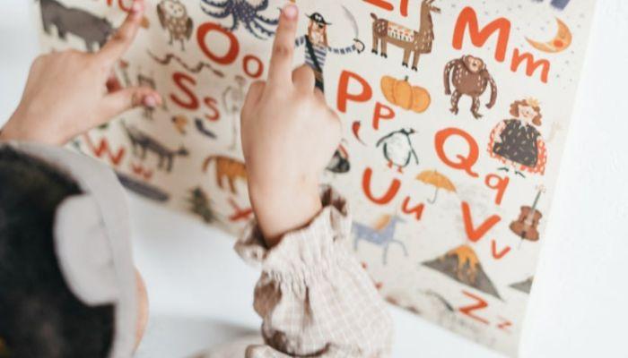 Тушили спички о руки: в Новосибирске языковой центр обвинили в истязаниях детей