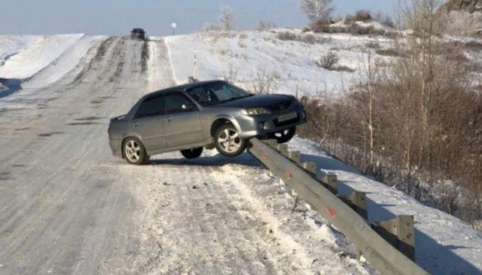 Водители попадают в ДТП из-за коварной ямы на алтайской трассе