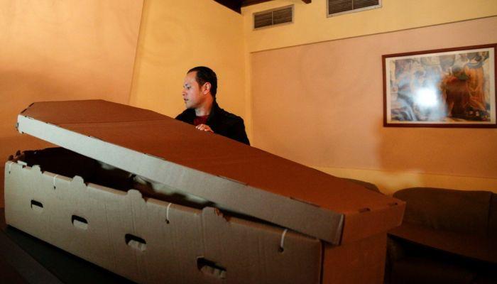 Дешево и экологично: в России начали делать картонные гробы