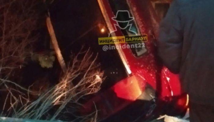 Автомобиль перевернулся и врезался в дом в Барнауле