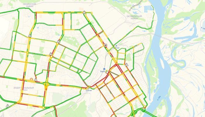 Движение затруднено: Барнаул встал в девятибалльных пробках