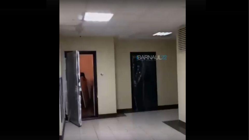 В элитной новостройке Барнаула на видео сняли ручьи с потолка