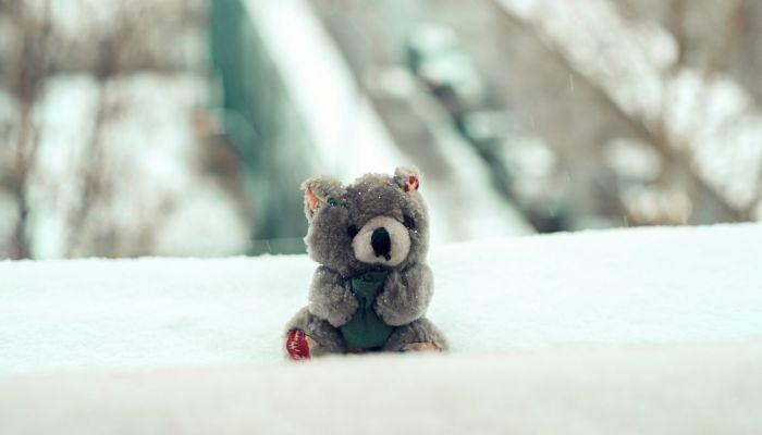 В Томске маленькая девочка выпала из окна в сугроб, встала и пошла домой