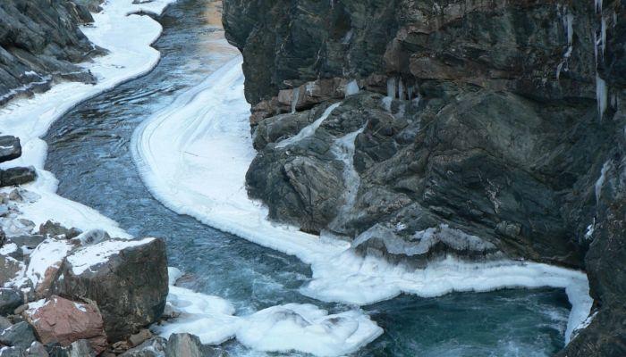 Круги на воде: в Горном Алтае очевидцы сняли необычное природное явление