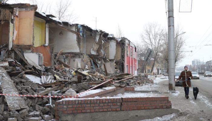 Строители обрушили стену ветхого дома на тротуар пр. Ленина