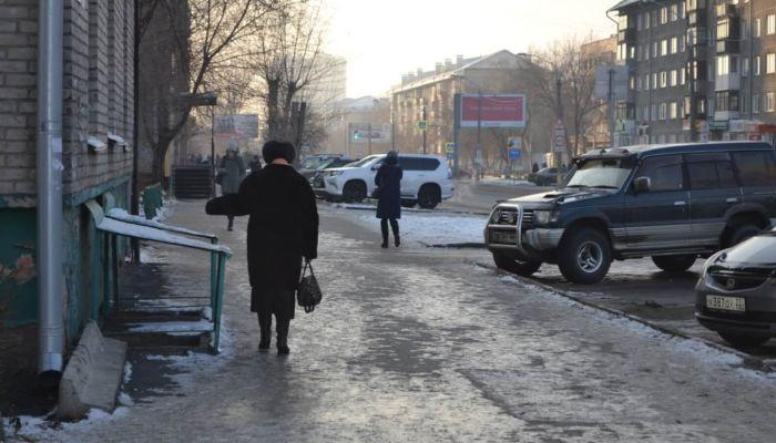 Сплошной каток: жители Барнаула жалуются на невозможный гололед на тротуарах