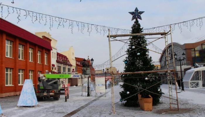 Монтаж новогоднего городка начали на улице Мало-Тобольской в Барнауле