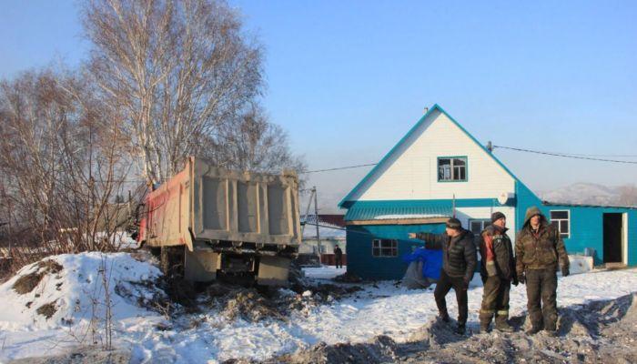 Огромный КамАЗ въехал в дом многодетной семьи в Змеиногорске
