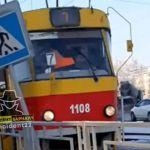 Трамвай сошел с рельсов и сбил дорожный знак в Барнауле