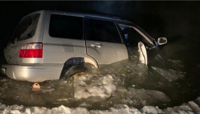 Машина с людьми провалилась под лёд на новосибирском озере