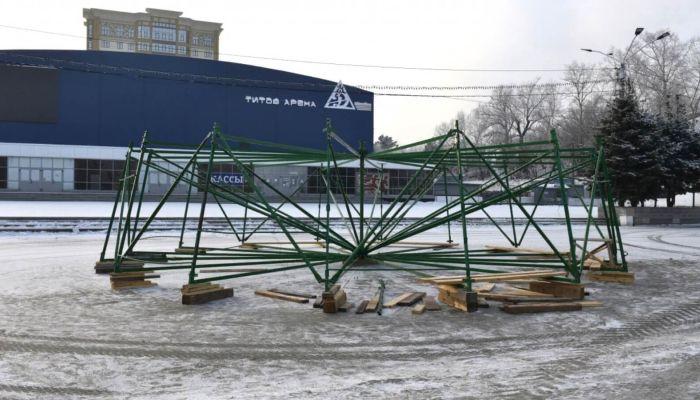 На площади Сахарова начали возводить главную елку края