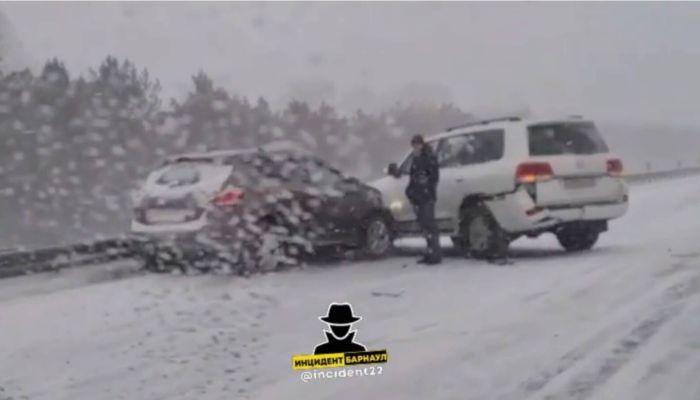 Несколько машин столкнулись за Новым мостом в Барнауле