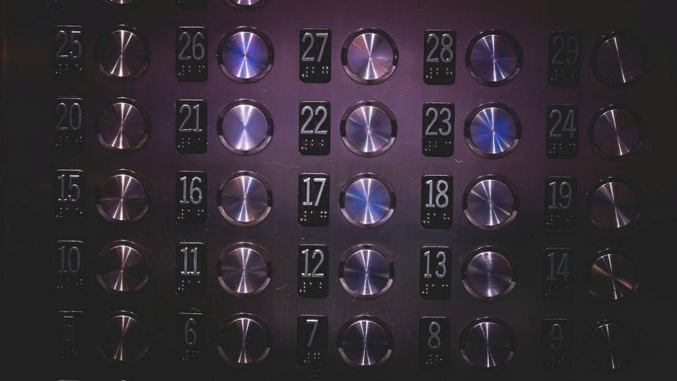 Схватил за горло: жительницу Барнаула ограбили в лифте