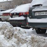 Паркуемся в сугробы: почему в Барнауле плохо чистят стоянки в центре города