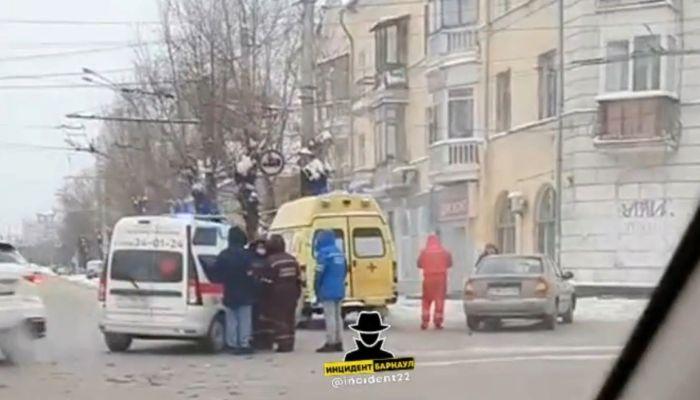 Автомобиль скорой помощи попал в аварию в Барнауле