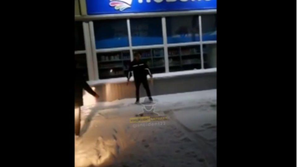 В Волчихе буйный мужчина с молотком бил машины и нападал на людей