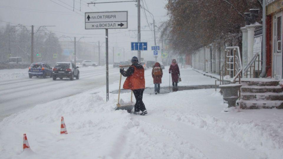 Должники по алиментам убирают улицы Барнаула от снега